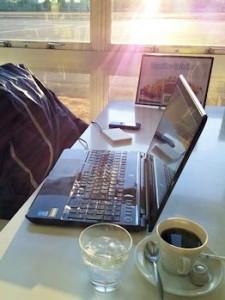 カフェで仕事中