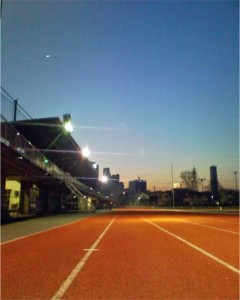陸上競技場と月
